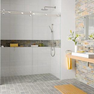 Mittelgroßes Modernes Badezimmer En Suite mit Duschnische, grauen Fliesen, gelben Fliesen, Zementfliesen, Aufsatzwaschbecken, Waschtisch aus Holz, grauem Boden und Schiebetür-Duschabtrennung in Miami
