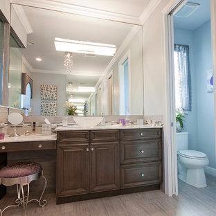 マイアミの大きいトラディショナルスタイルのおしゃれなマスターバスルーム (レイズドパネル扉のキャビネット、濃色木目調キャビネット、置き型浴槽、コーナー設置型シャワー、メタルタイル、ベージュの壁、淡色無垢フローリング、ベッセル式洗面器、珪岩の洗面台、開き戸のシャワー、一体型トイレ、ベージュの床) の写真