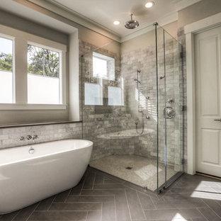Aménagement d'une grand salle de bain principale classique avec une baignoire indépendante, une douche d'angle, un carrelage blanc, du carrelage en marbre, un mur beige, sol en stratifié, un sol gris et une cabine de douche à porte battante.