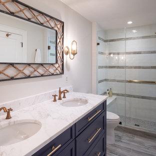 Ispirazione per una stanza da bagno per bambini stile marinaro di medie dimensioni con ante con riquadro incassato, ante blu, piastrelle bianche, piastrelle diamantate, pareti bianche, pavimento con piastrelle in ceramica, top in marmo, pavimento grigio, porta doccia scorrevole e top bianco