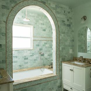 Свежая идея для дизайна: главная ванная комната среднего размера в средиземноморском стиле с врезной раковиной, фасадами в стиле шейкер, белыми фасадами, столешницей из гранита, полновстраиваемой ванной, душем в нише, зеленой плиткой, каменной плиткой, зелеными стенами, полом из мозаичной плитки и зеленым полом - отличное фото интерьера