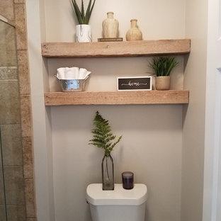 Inspiration för mellanstora rustika vitt en-suite badrum, med skåp i shakerstil, blå skåp, en toalettstol med separat cisternkåpa, grå väggar, klinkergolv i porslin, ett undermonterad handfat, bänkskiva i kvarts och grått golv