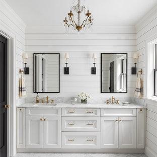 シアトルのカントリー風おしゃれなマスターバスルーム (シェーカースタイル扉のキャビネット、白いキャビネット、白い壁、アンダーカウンター洗面器、グレーの床、グレーの洗面カウンター) の写真