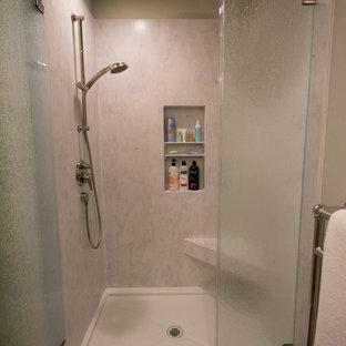 Idee per una stanza da bagno con doccia stile marinaro di medie dimensioni con ante con riquadro incassato, ante verdi, doccia alcova, WC a due pezzi, piastrelle multicolore, piastrelle di vetro, pareti grigie, pavimento in vinile, lavabo integrato e top in superficie solida