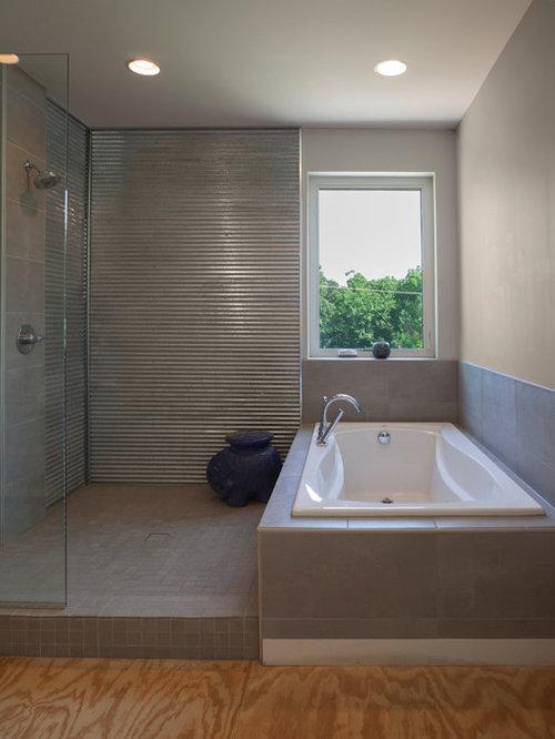 Salle de bain avec un sol en contreplaqu et des carreaux for Carreaux ceramique salle de bain