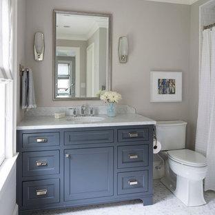 Immagine di una stanza da bagno tradizionale con ante in stile shaker, ante blu, vasca ad alcova, vasca/doccia, WC a due pezzi, pareti grigie, lavabo sottopiano, top in marmo e doccia con tenda