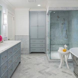 Foto di una stanza da bagno padronale classica con ante in stile shaker, ante blu, doccia ad angolo, piastrelle multicolore, piastrelle di marmo, pareti bianche, lavabo sottopiano, top in marmo e porta doccia a battente