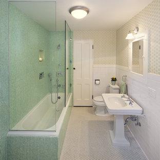 Foto på ett vintage badrum, med mosaik och ett piedestal handfat