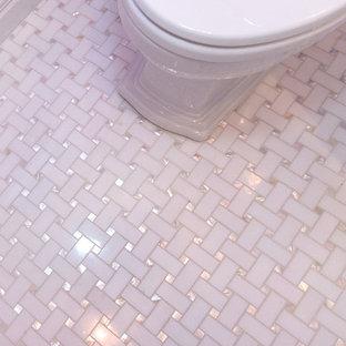 Imagen de cuarto de baño con ducha, contemporáneo, de tamaño medio, con armarios con rebordes decorativos, puertas de armario blancas, sanitario de una pieza, paredes púrpuras, suelo de mármol, lavabo bajoencimera y encimera de mármol