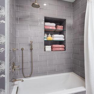 Diseño de cuarto de baño infantil, tradicional renovado, pequeño, con lavabo bajoencimera, bañera empotrada, combinación de ducha y bañera, baldosas y/o azulejos grises, baldosas y/o azulejos de cerámica, paredes multicolor y suelo de mármol