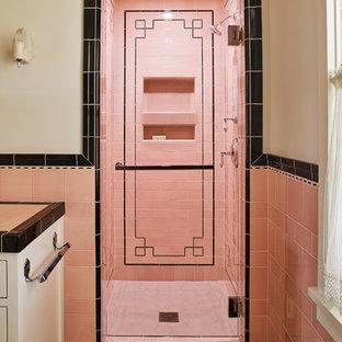 Idee per una stanza da bagno chic con doccia alcova, piastrelle rosa, pareti rosa, pavimento rosa, porta doccia a battente e ante bianche