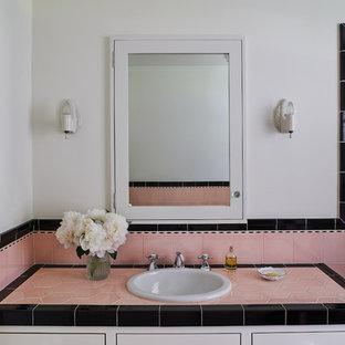 Ejemplo de cuarto de baño con ducha, tradicional, con puertas de armario blancas, paredes blancas, lavabo encastrado, encimera de azulejos y encimeras rosas