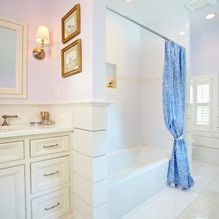 Immagine di una stanza da bagno tradizionale con lavabo sottopiano, ante con riquadro incassato, ante beige, vasca ad alcova, vasca/doccia e doccia con tenda