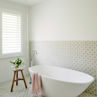 シドニーの大きいコンテンポラリースタイルのおしゃれな浴室 (中間色木目調キャビネット、置き型浴槽、白いタイル、セメントタイル、白い壁、セメントタイルの床、テラゾの洗面台、グレーの床) の写真