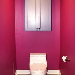 Idee per una grande stanza da bagno per bambini design con ante in stile shaker, ante grigie, vasca/doccia, WC monopezzo, piastrelle grigie, piastrelle in gres porcellanato, pareti rosa, pavimento in gres porcellanato, lavabo sottopiano e top in granito