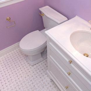 Foto di una stanza da bagno con doccia chic di medie dimensioni con ante a filo, ante bianche, WC monopezzo, pareti viola, pavimento in marmo, lavabo sottopiano e top in marmo