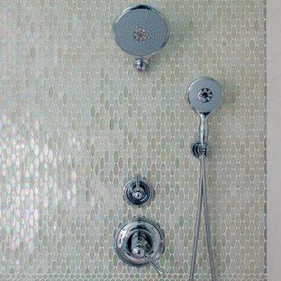 Exemple d'une salle de bain chic de taille moyenne avec un placard en trompe-l'oeil, des portes de placard grises, une baignoire encastrée, une douche ouverte, un WC suspendu, un carrelage multicolore, carrelage en mosaïque, un mur blanc, un sol en carrelage de céramique, un lavabo encastré et un plan de toilette en verre.