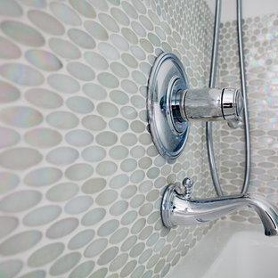 Immagine di una stanza da bagno classica di medie dimensioni con ante di vetro, ante bianche, vasca ad alcova, doccia a filo pavimento, WC sospeso, piastrelle multicolore, piastrelle di vetro, pareti bianche, pavimento in marmo, lavabo sottopiano e top in vetro