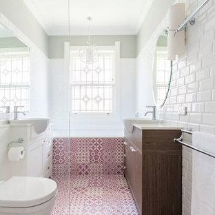 Ejemplo de cuarto de baño infantil, minimalista, pequeño, con armarios estilo shaker, puertas de armario de madera oscura, bañera encastrada, sanitario de pared, baldosas y/o azulejos de cerámica, paredes blancas, suelo de baldosas de cerámica, encimera de cuarzo compacto, ducha esquinera, baldosas y/o azulejos blancos, lavabo integrado, suelo rosa y ducha con puerta con bisagras