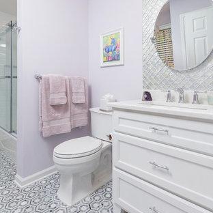 Foto di una stanza da bagno per bambini tradizionale di medie dimensioni con ante bianche, vasca/doccia, pareti viola, pavimento con piastrelle in ceramica, lavabo sottopiano, porta doccia scorrevole, ante con riquadro incassato, piastrelle a mosaico, pavimento grigio e top bianco
