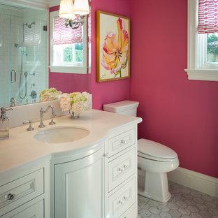 Пример оригинального дизайна интерьера: ванная комната среднего размера в классическом стиле с розовыми стенами, фасадами островного типа, белыми фасадами, душем в нише, раздельным унитазом, мраморным полом, врезной раковиной и столешницей из искусственного камня