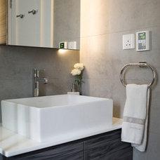 Modern Bathroom by hoo Interior Design & Styling