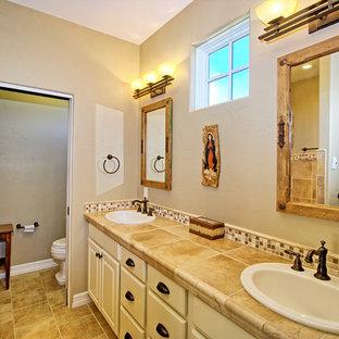 Ispirazione per una stanza da bagno padronale stile americano di medie dimensioni con ante con bugna sagomata, ante bianche, doccia ad angolo, WC a due pezzi, piastrelle beige, piastrelle marroni, piastrelle in ceramica, pareti beige, pavimento con piastrelle in ceramica, lavabo da incasso e top piastrellato