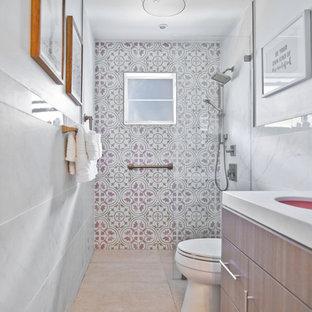 Modelo de cuarto de baño con ducha, contemporáneo, pequeño, con armarios con paneles lisos, puertas de armario de madera oscura, ducha a ras de suelo, sanitario de dos piezas, baldosas y/o azulejos rosa, baldosas y/o azulejos de porcelana, paredes rosas, suelo de baldosas de porcelana, lavabo bajoencimera, encimera de mármol, suelo beige, ducha abierta y encimeras blancas