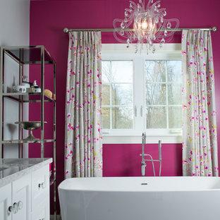 ポートランド(メイン)の中くらいのトランジショナルスタイルのおしゃれなバスルーム (浴槽なし) (落し込みパネル扉のキャビネット、白いキャビネット、置き型浴槽、セラミックタイルの床、アンダーカウンター洗面器、珪岩の洗面台、グレーの床、ピンクの壁) の写真