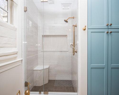 Salle de bain avec un placard en trompe l 39 oeil et un sol for Trompe l oeil porte placard