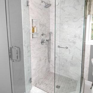 Foto de cuarto de baño con ducha, clásico renovado, pequeño, con armarios estilo shaker, puertas de armario verdes, ducha esquinera, sanitario de dos piezas, baldosas y/o azulejos grises, baldosas y/o azulejos de porcelana, paredes grises, suelo de baldosas de porcelana, lavabo bajoencimera, encimera de cuarzo compacto, suelo blanco y ducha con puerta con bisagras