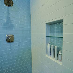 Aménagement d'une grand salle de bain principale moderne avec un lavabo encastré, un placard à porte shaker, des portes de placard en bois sombre, un plan de toilette en quartz, une douche ouverte, un carrelage bleu, un carrelage en pâte de verre, un mur bleu et un sol en ardoise.