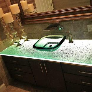 Idéer för mellanstora funkis en-suite badrum, med släta luckor, skåp i mörkt trä, bänkskiva i glas, grön kakel, keramikplattor och beige väggar