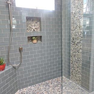 Esempio di una stanza da bagno classica con doccia alcova, piastrelle grigie, piastrelle diamantate e pavimento con piastrelle di ciottoli