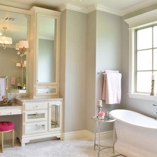 Esempio di una stanza da bagno padronale stile shabby di medie dimensioni con ante di vetro, ante beige, vasca freestanding, pareti grigie, pavimento con piastrelle in ceramica e pavimento grigio