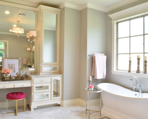 Salle de bain romantique avec un placard porte vitr e for Baignoire avec porte vitree
