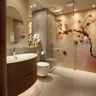 Modelo de cuarto de baño con ducha, asiático, grande, con armarios con paneles lisos, puertas de armario de madera oscura, sanitario de pared, paredes grises, suelo gris, ducha abierta, ducha empotrada, baldosas y/o azulejos grises, lavabo integrado y encimeras blancas