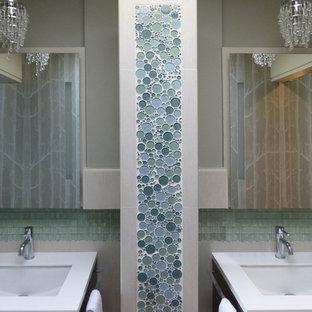 Modelo de cuarto de baño principal, tradicional renovado, pequeño, con armarios con paneles lisos, puertas de armario de madera en tonos medios, bañera empotrada, combinación de ducha y bañera, sanitario de una pieza, baldosas y/o azulejos azules, baldosas y/o azulejos de vidrio laminado, paredes grises, lavabo bajoencimera y encimera de cuarcita