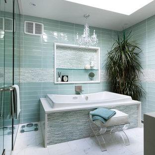 Ispirazione per una grande stanza da bagno padronale vittoriana con vasca da incasso, doccia alcova, piastrelle blu, piastrelle bianche, piastrelle di vetro, pareti blu, pavimento in marmo, top in superficie solida, pavimento bianco e porta doccia a battente