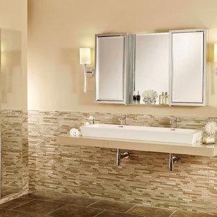 Esempio di un'ampia stanza da bagno padronale tradizionale con lavabo rettangolare, ante di vetro, top in vetro, piastrelle multicolore, piastrelle di vetro, pareti beige e pavimento con piastrelle in ceramica