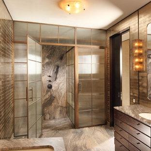 Immagine di un'ampia stanza da bagno padronale minimal con consolle stile comò, ante in legno bruno, top in marmo, doccia alcova, piastrelle marroni, piastrelle in metallo, pareti marroni, pavimento in marmo e vasca sottopiano