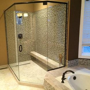 Пример оригинального дизайна: главная ванная комната среднего размера в морском стиле с накладной ванной, угловым душем, каменной плиткой, коричневыми стенами и полом из керамической плитки