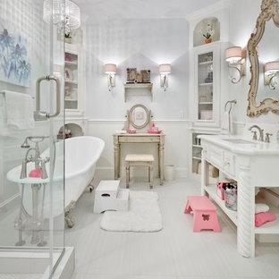 Diseño de cuarto de baño infantil, clásico, de tamaño medio, con lavabo bajoencimera, armarios tipo mueble, puertas de armario blancas, encimera de granito, bañera con patas, baldosas y/o azulejos blancos, baldosas y/o azulejos de porcelana, paredes blancas y suelo de baldosas de porcelana