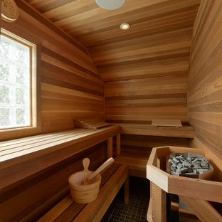 Ejemplo de sauna tradicional renovada, grande, con armarios tipo vitrina, puertas de armario de madera en tonos medios, bañera exenta, ducha esquinera, paredes blancas y suelo de baldosas de porcelana