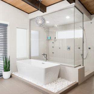 Ispirazione per una grande stanza da bagno padronale minimalista con vasca freestanding, doccia aperta, piastrelle beige, pareti bianche, doccia aperta, pavimento grigio e pavimento in gres porcellanato
