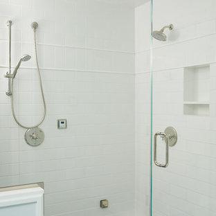 Idee per una grande stanza da bagno padronale stile marino con ante lisce, ante bianche, doccia alcova, piastrelle bianche, piastrelle in ceramica, pareti bianche, pavimento in marmo, lavabo sottopiano, top in marmo, pavimento multicolore, porta doccia a battente e top blu