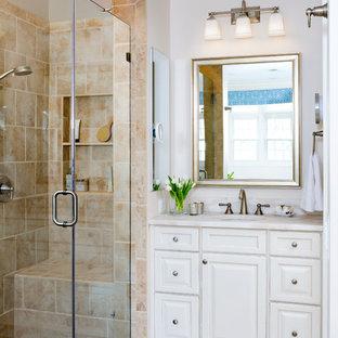 ワシントンD.C.の大きいトラディショナルスタイルのおしゃれなマスターバスルーム (レイズドパネル扉のキャビネット、白いキャビネット、ベージュのタイル、磁器タイル、アンダーカウンター洗面器、珪岩の洗面台、アルコーブ型シャワー、ドロップイン型浴槽、分離型トイレ、白い壁、磁器タイルの床) の写真