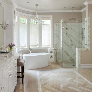 Bild på ett vintage en-suite badrum, med luckor med infälld panel, vita skåp, ett fristående badkar, en hörndusch, vit kakel och beige väggar