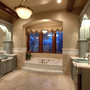 Idee per una grande stanza da bagno padronale classica con lavabo a bacinella, ante verdi, top in marmo, vasca da incasso, piastrelle beige, pareti beige e pavimento con piastrelle in ceramica