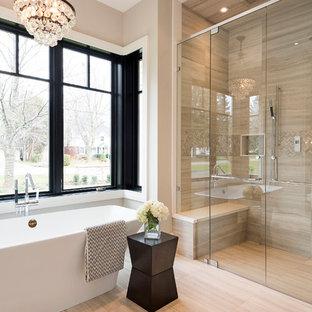 Свежая идея для дизайна: большая главная ванная комната в стиле современная классика с отдельно стоящей ванной, двойным душем, полом из керамогранита, бежевой плиткой, бежевыми стенами и плиткой из известняка - отличное фото интерьера